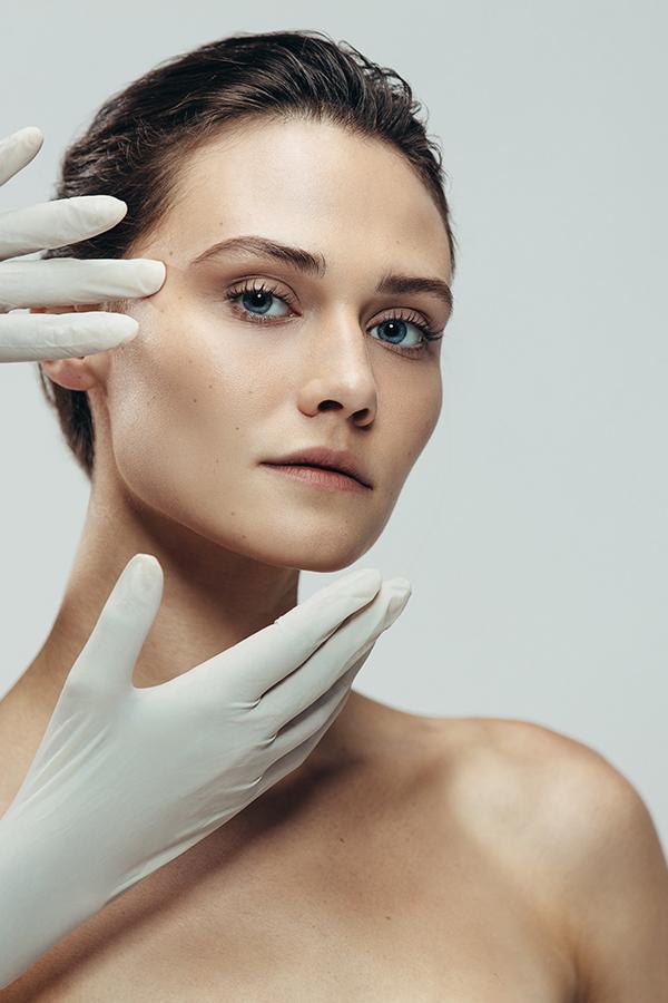 mujer con cirujano